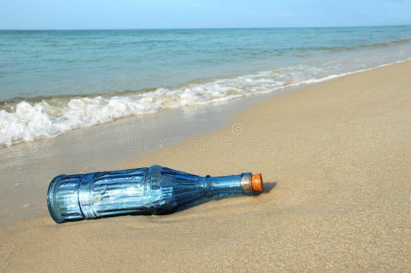 Bottiglia con il messaggio sul puntello immagini stock