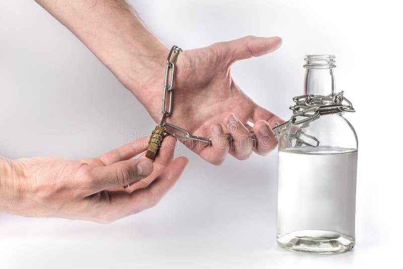 Bottiglia con la catena del ferro e dell'alcool fotografia stock libera da diritti