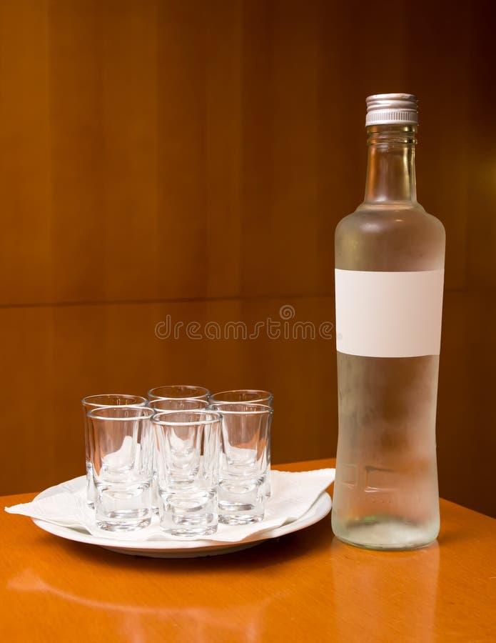 Bottiglia con le bevande di short e dell'alcool fotografie stock