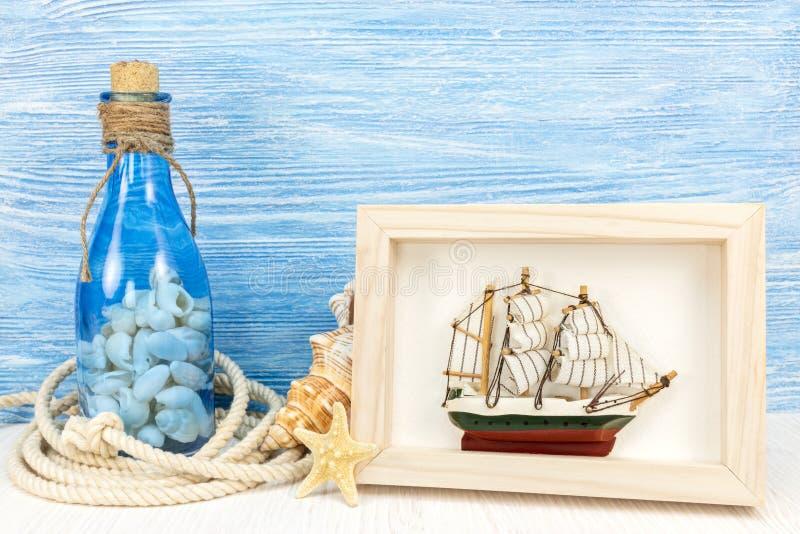 """Bottiglia con le conchiglie, struttura w del †di concetto di vacanze estive """"della foto fotografia stock"""