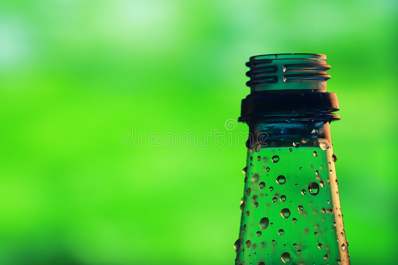 Bottiglia con le gocce dell'acqua fotografie stock