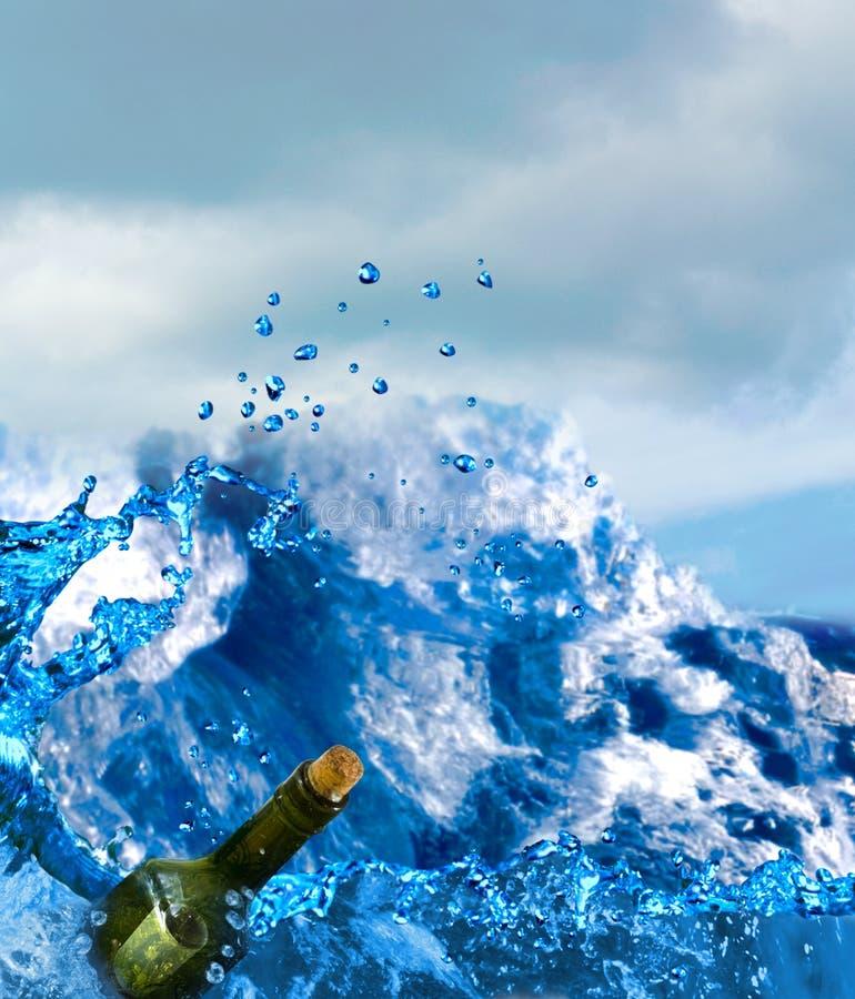 bottiglia con un messaggio al mare fotografia stock