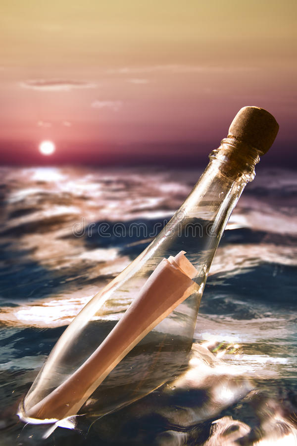 Bottiglia con un messaggio in mare immagini stock
