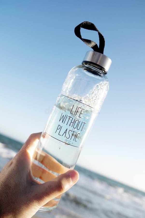 Bottiglia d'acqua con vita di testo senza plastica fotografia stock libera da diritti