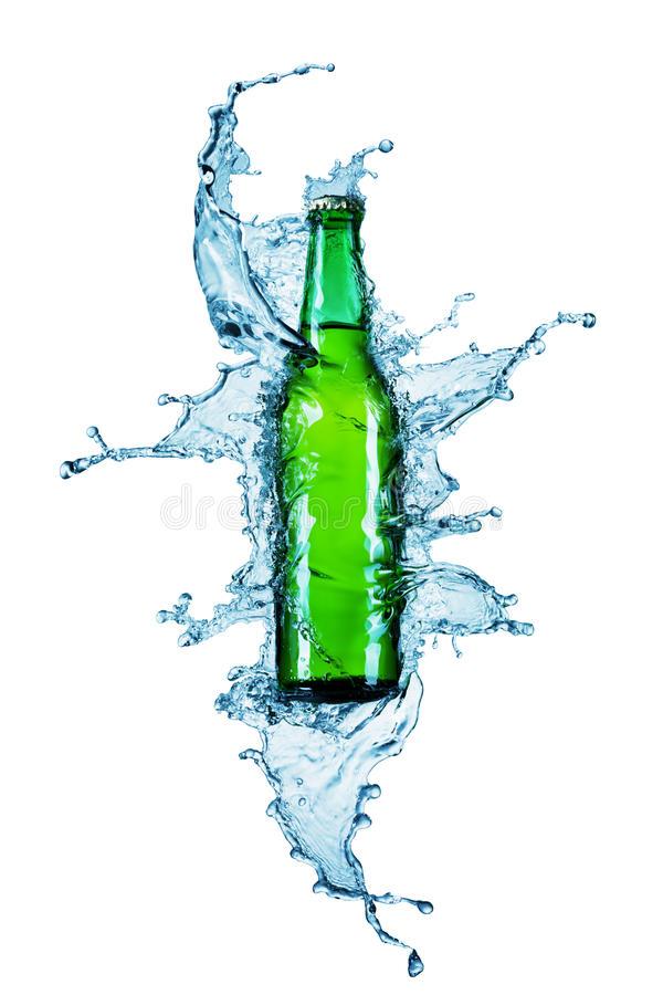 Bottiglia da birra che è versata dentro un'acqua fotografia stock