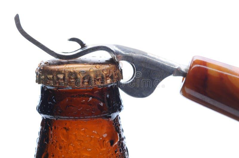 Bottiglia da birra ed apri a macroistruzione immagini stock libere da diritti