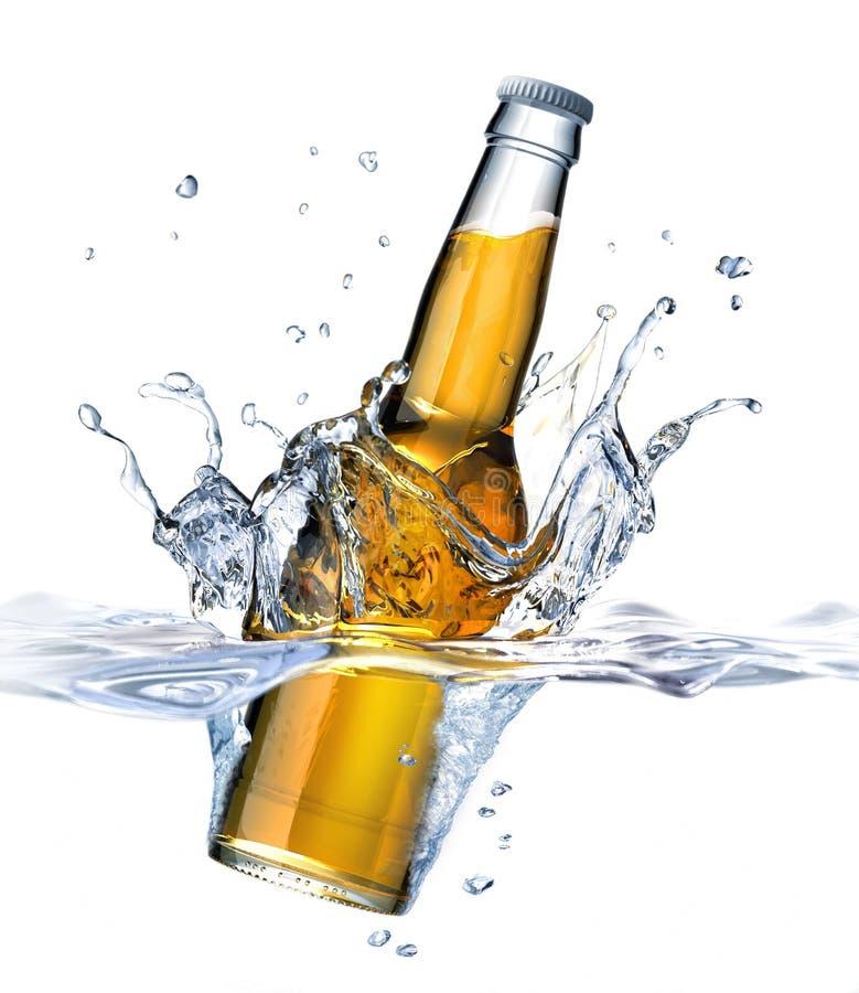 Bottiglia da birra libera che cade nell'acqua. royalty illustrazione gratis