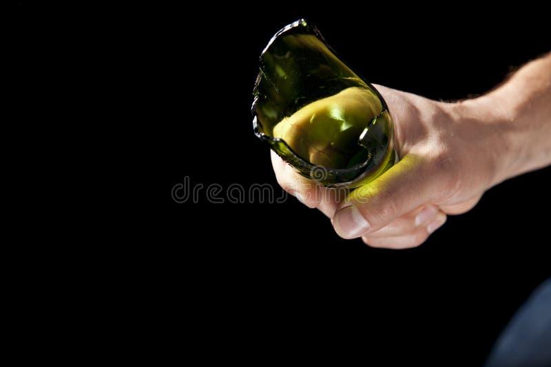 Bottiglia da birra rotta a disposizione fotografia stock libera da diritti