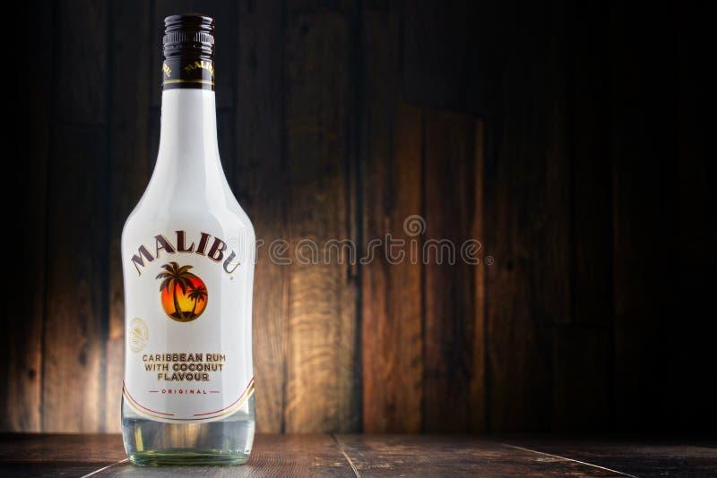 Bottiglia del rum caraibico di Malibu con sapore della noce di cocco fotografie stock libere da diritti