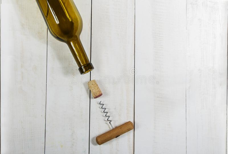 Bottiglia del sughero del vino e una cavaturaccioli su una tavola di legno bianca fotografie stock