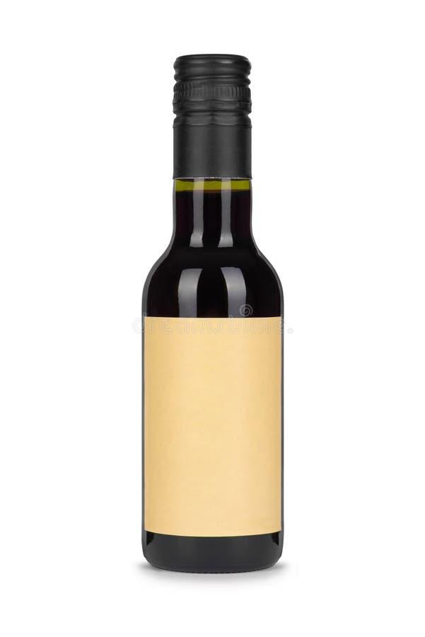 Bottiglia del vino rosso, con l'etichetta in bianco di carta isolata su bianco fotografia stock libera da diritti