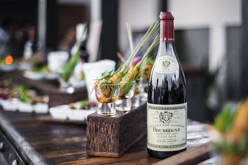 Bottiglia del vino rosso della Borgogna alla barra del partito di oudoor fotografia stock