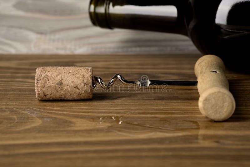 Bottiglia del vino rosso su un vecchio fondo di legno fotografia stock libera da diritti