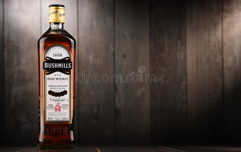 Bottiglia del whiskey irlandese originale di Bushmills immagini stock