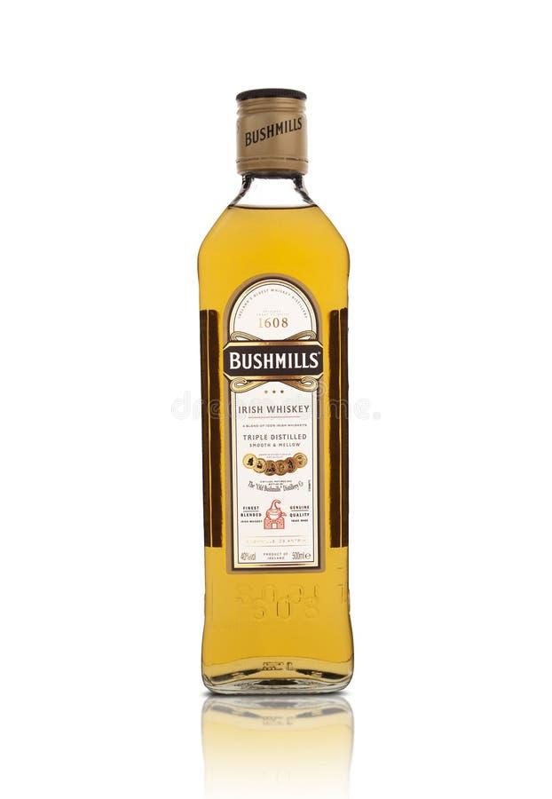 Bottiglia del whiskey irlandese originale di Bushmills isolato su bianco fotografia stock