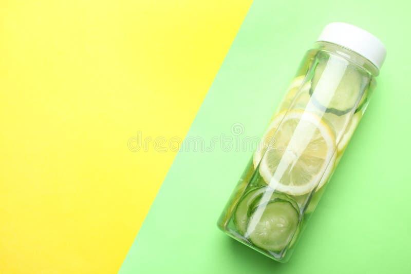 Bottiglia dell'acqua del cetriolo del limone immagini stock