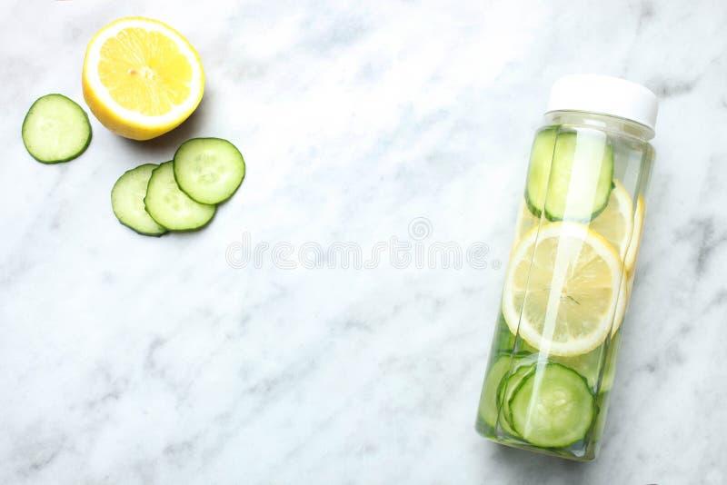 Bottiglia dell'acqua del cetriolo del limone fotografie stock libere da diritti