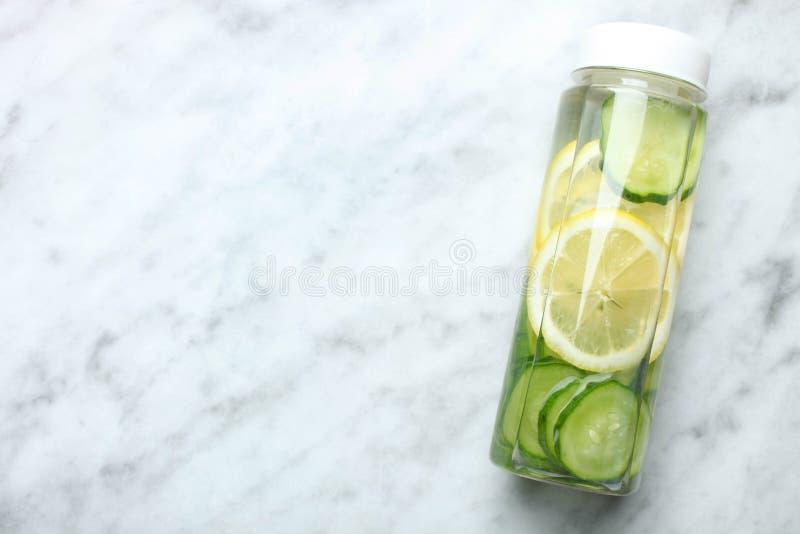 Bottiglia dell'acqua del cetriolo del limone fotografia stock libera da diritti