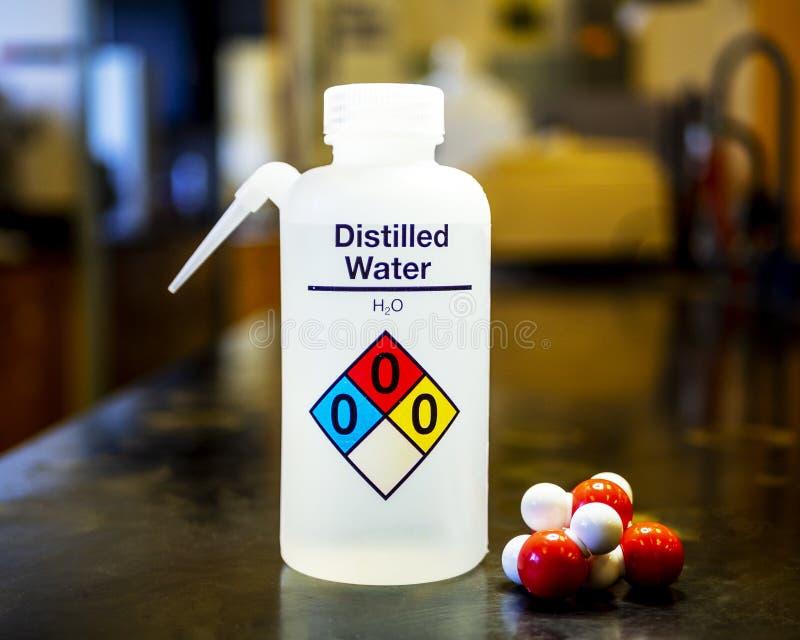 Bottiglia dell'acqua distillata fotografia stock