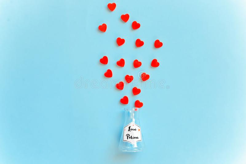 Bottiglia della pozione di amore, concetto per il giorno di datazione, romanzesco e del biglietto di S. Valentino del ` s fotografia stock libera da diritti
