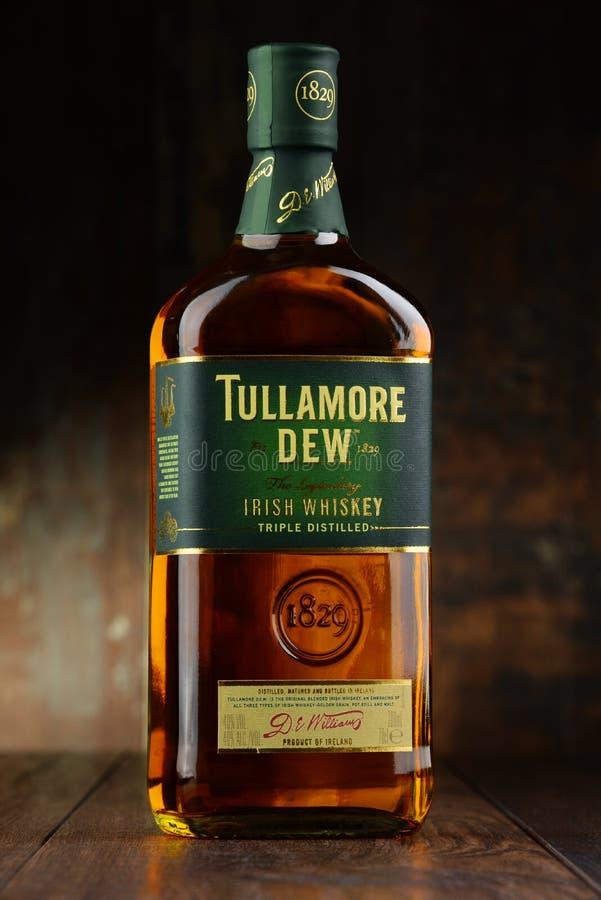 Bottiglia della rugiada di Tullamore, whiskey irlandese immagini stock