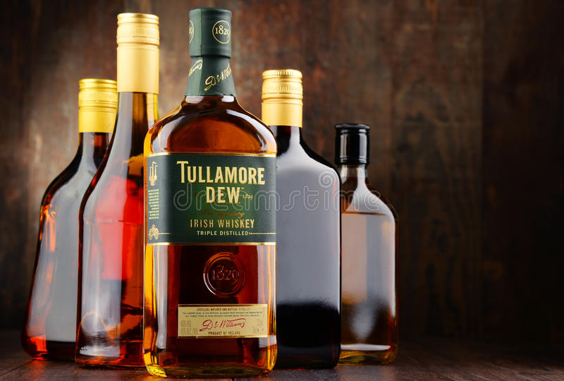 Bottiglia della rugiada di Tullamore, whiskey irlandese fotografie stock