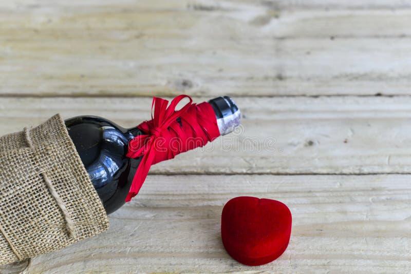 Bottiglia della vite con la piccola scatola rossa immagini stock