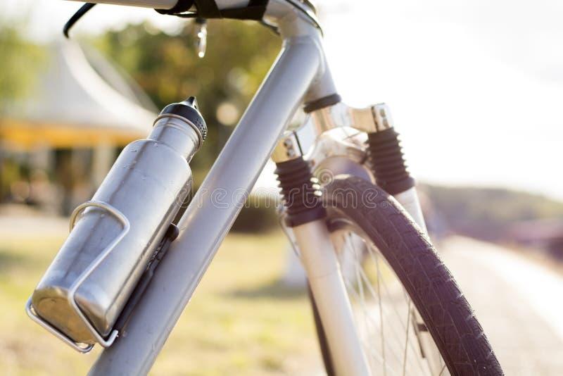 Bottiglia di acqua Bottiglia della bicicletta Bottiglia d'acciaio Bottiglia della bevanda fotografie stock libere da diritti