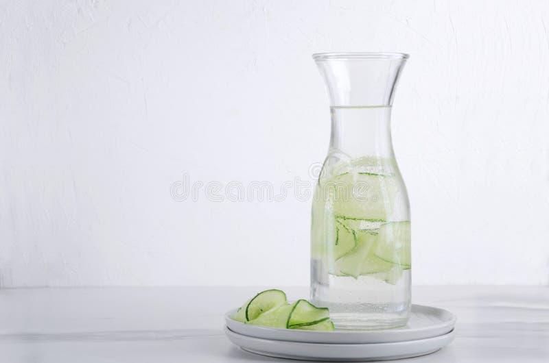 Bottiglia di acqua con i pezzi di cucmber Bevanda organica sana fotografia stock