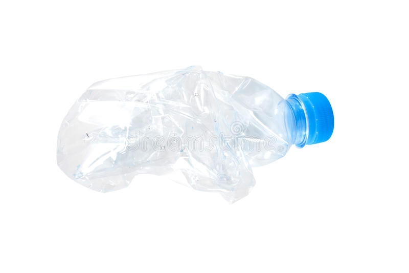 Bottiglia di acqua schiacciata sgualcita sui precedenti bianchi fotografia stock