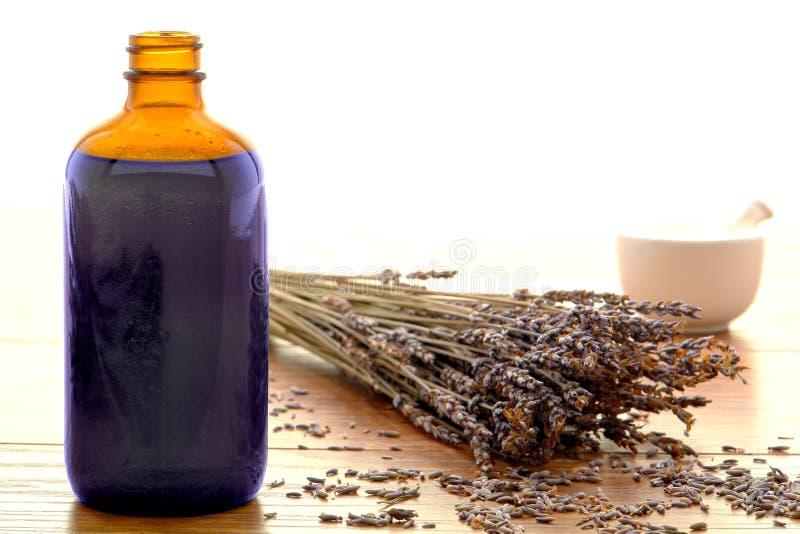 Bottiglia di Aromatherapy con i fiori della lavanda fotografia stock