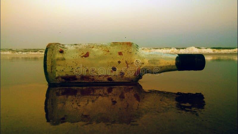 Bottiglia di birra con la riflessione immagini stock