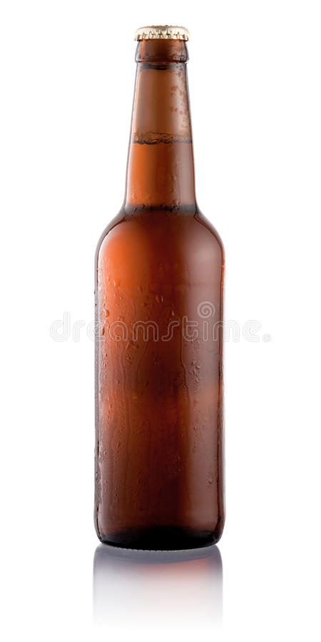 Bottiglia di birra con le gocce di acqua di condensazione isolate su bianco immagini stock