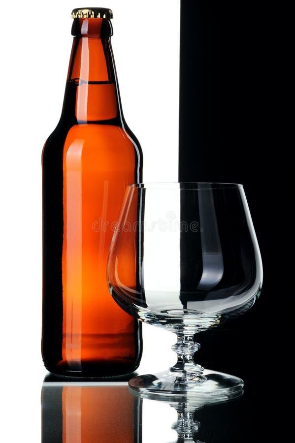Bottiglia di birra e di vetro, isolata fotografia stock libera da diritti