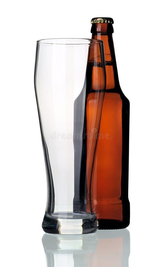 Bottiglia di birra e di vetro, isolata immagini stock libere da diritti