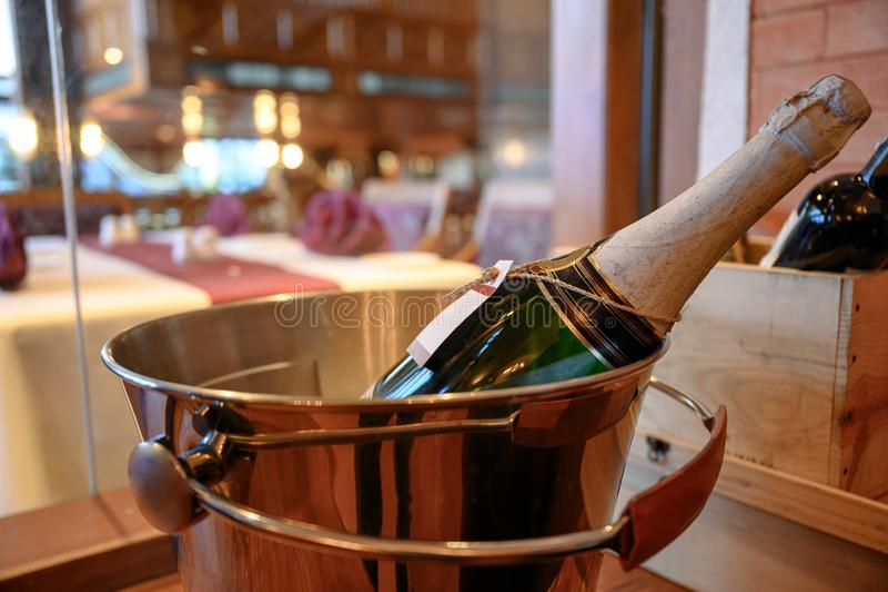Bottiglia di Champagne che si inzuppa in secchio fotografia stock libera da diritti