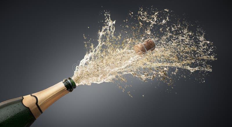 Bottiglia di champagne che spruzza verso l'alto illustrazione di stock