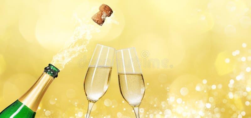 Bottiglia di Champagne con due vetri del champagne e spazi della copia fotografia stock libera da diritti