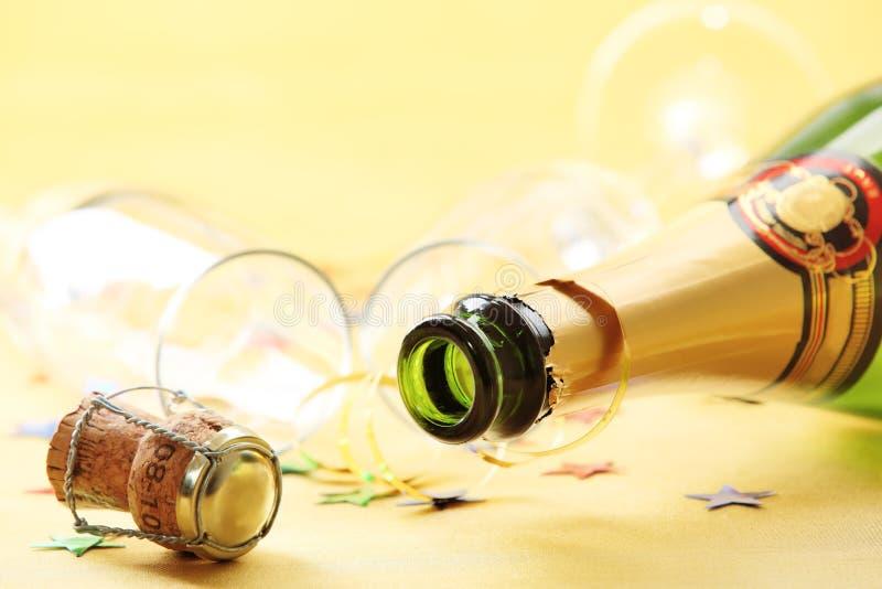 Bottiglia di Champagne con i vetri vuoti immagine stock