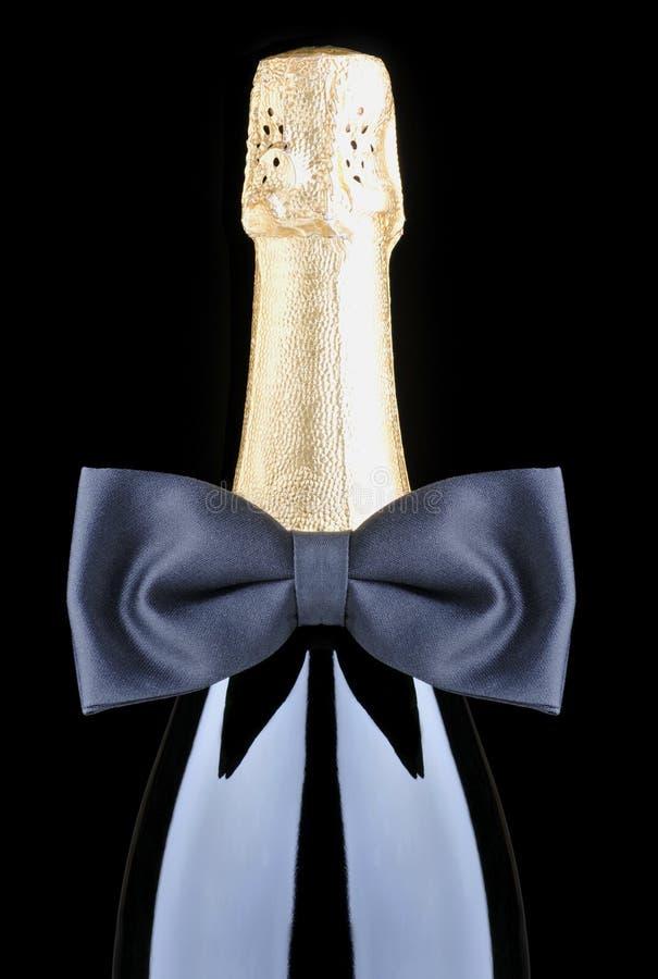 Bottiglia di Champagne con il legame di arco fotografie stock libere da diritti