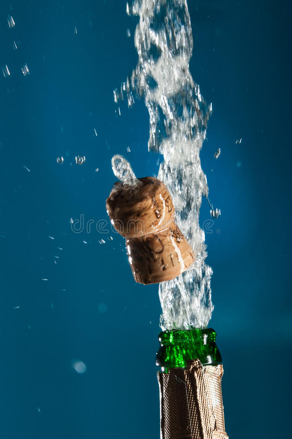 Bottiglia di Champagne di apertura immagine stock