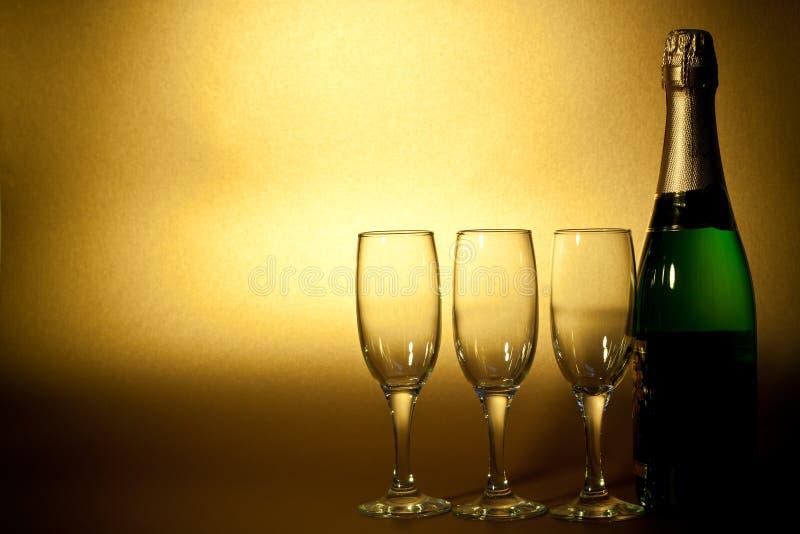Bottiglia di champagne e di vetri fotografia stock