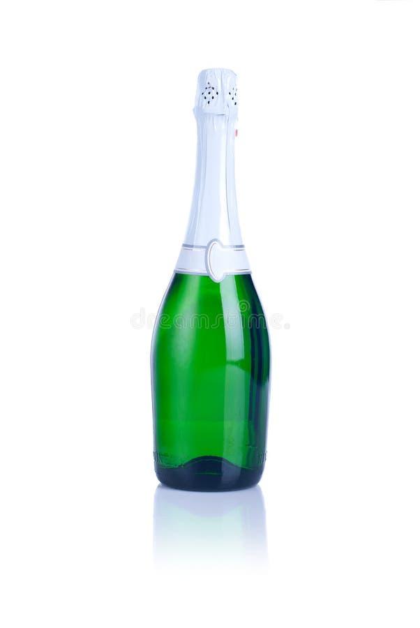 Bottiglia di champagne isolata su un fondo bianco con il reflecti immagine stock libera da diritti