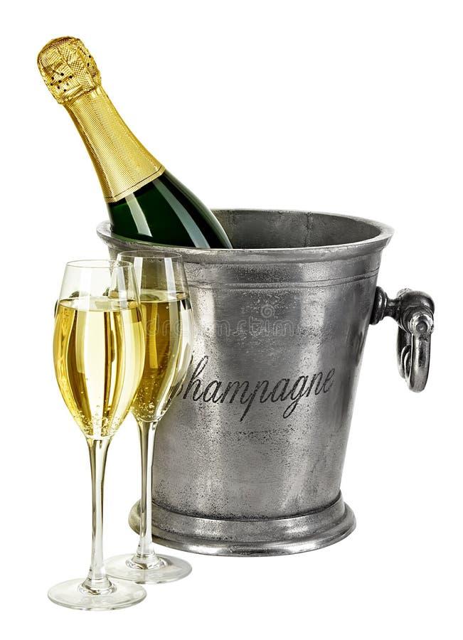 Bottiglia di champagne in secchiello del ghiaccio con lo stemware isolato immagine stock libera da diritti