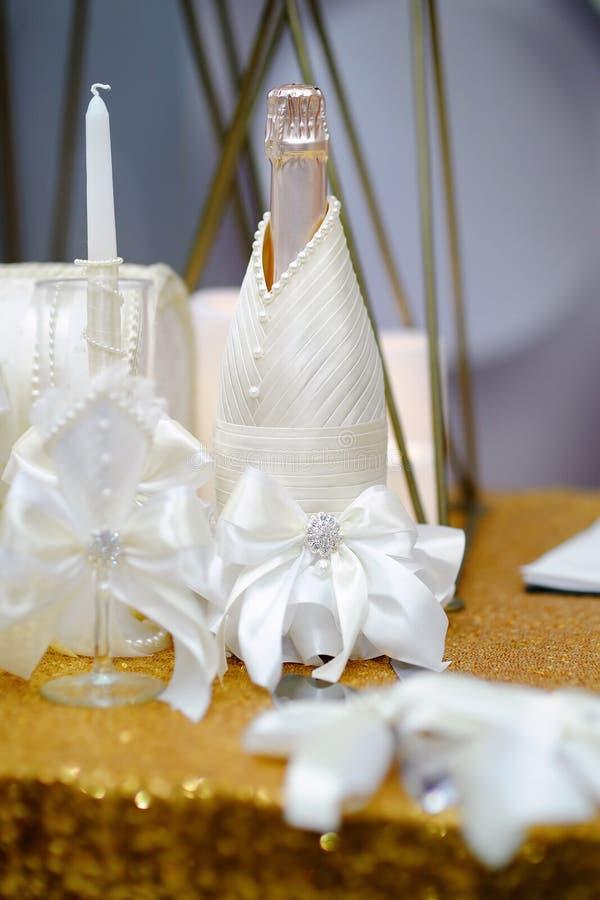 Bottiglia di champagne su una tavola per il ricevimento nuziale fotografie stock libere da diritti