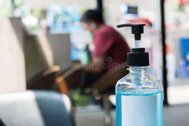 Bottiglia di gel igienizzante a mano di lavaggio contro Novel coronavirus o la malattia del virus della corona Covid-19 presso l' immagini stock