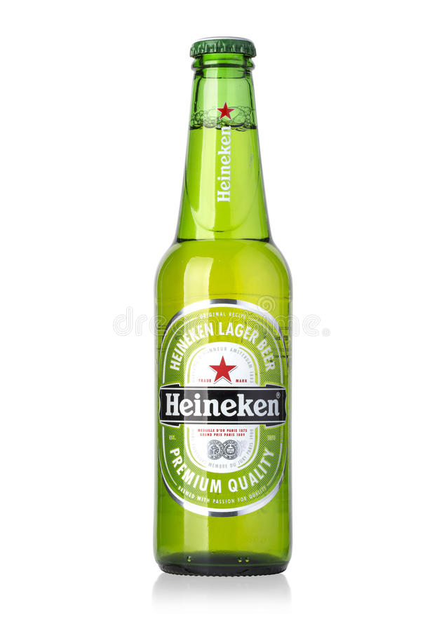 Bottiglia di Heineken Lager Beer su bianco immagine stock libera da diritti
