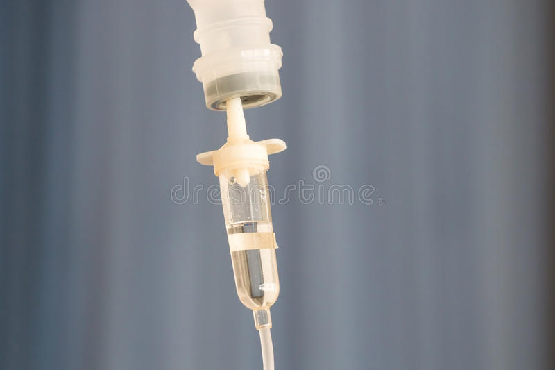 Bottiglia di infusione con IV la soluzione immagini stock libere da diritti