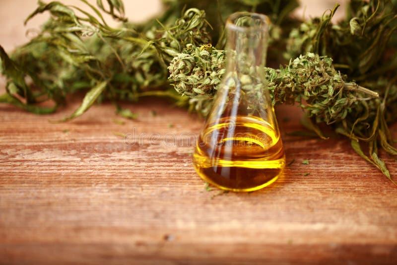 Bottiglia di olio di CBD e cannabis dei prodotti della canapa fotografie stock