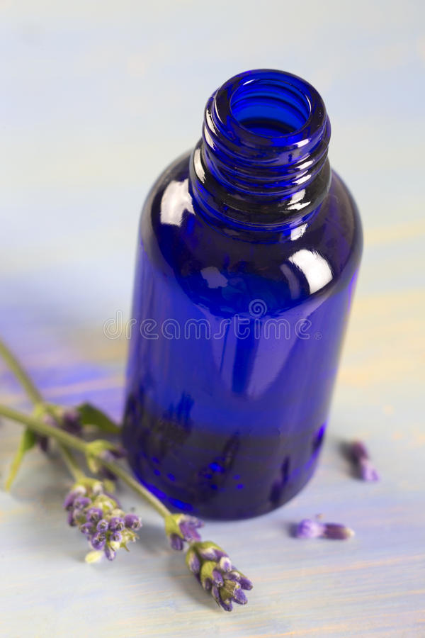 Bottiglia di olio essenziale della lavanda fotografia stock libera da diritti